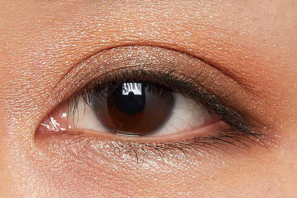 肌に溶け込むシースルー発色!ほんのり赤みのあるモードなブラウン に関する画像14