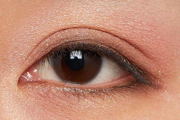 肌に溶け込むシースルー発色!ほんのり赤みのあるモードなブラウン に関する画像18