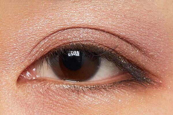 肌に溶け込むシースルー発色!ほんのり赤みのあるモードなブラウン に関する画像22