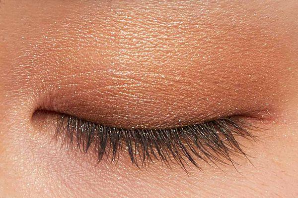 肌に溶け込むシースルー発色!ほんのり赤みのあるモードなブラウン に関する画像9