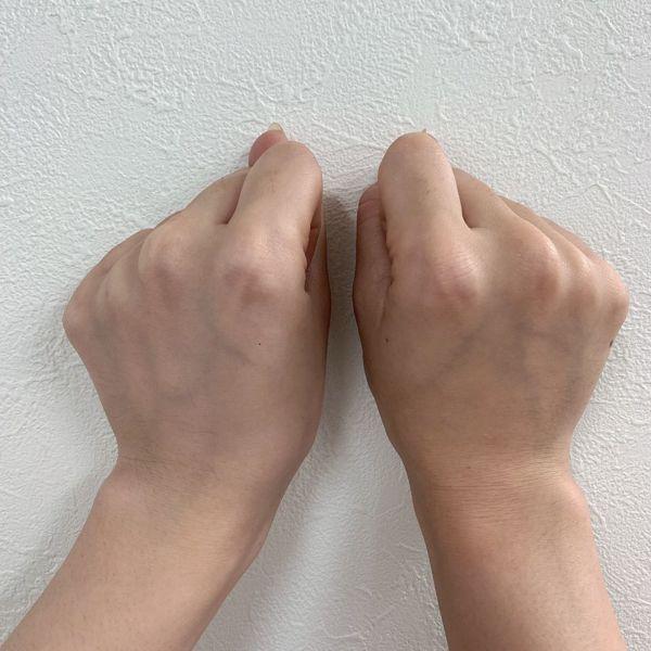 左手の甲に塗布